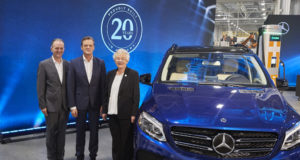 Markus Schäfer és Jason Hoff a Mercedes képviseletében, valamint Kay Ellen Ivey, Alabama kormányzója - kép forrása: Daimler Global    Good news for Mercedes-Benz U.S. International (MBUSI) at the twenty year production anniversary: The Mercedes-Benz plant in Tuscaloosa, Alabama, will set up electric vehicle production. The EQ-branded electric SUV models will feature the latest status of automated driving. In addition, a battery plant will also be built near the existing passenger-car plant for local demand. The plans were announced by Markus Schäfer (in the middle), Member of the Divisional Board of Mercedes-Benz Cars, Production and Supply Chain, at a press conference with Jason Hoff (left), CEO of MBUSI as well as Alabama Governor Kay Ellen Ivey (right).