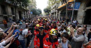 Barcelona, 2017. október 3. Függetlenségpárti tüntetõkhöz csatlakoznak tûzoltók Barcelonában 2017. október 3-án. A Katalónia függetlenségéről tartott népszavazás alatt elkövetett spanyol rendőri brutalitás miatt általános sztrájk van a régióban. (MTI/EPA/Alejandro García)