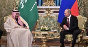Moszkva, 2017. október 5. Vlagyimir Putyin orosz elnök (j) Szalmán bin Abdel-Azíz szaúdi királyt fogadja a moszkvai Kremlben 2017. október 5-én. A szaúd-arábiai uralkodó háromnapos látogatáson tartózkodik Oroszországban. (MTI/EPA/Szputnyik/Kreml/Alekszej Nyikolszkij/pool)