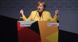 Seevetal, 2017. október 12. Angela Merkel német kancellár, a Kereszténydemokrata Unió, a CDU elnöke a párt választási kampányrendezvényén Seevetalban 2017. október 12-én. (MTI/EPA/David Hecker)