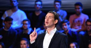 Bécs, 2017. október 12. Sebastian Kurz osztrák külügyminiszter, az Osztrák Néppárt (ÖVP) elnöke a kancellárjelöltek televíziós vitaestjén egy bécsi stúdióban 2017. október 12-én, az osztrák parlamenti választások előtt három nappal. (MTI/EPA/Christian Bruna)
