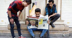 Teherán, 2017. október 14. A Donald Trump amerikai elnök fényképét a címlapján közlő Arman iráni napilapot olvassák férfiak Teheránban 2017. október 14-én. Az előző napon Trump elutasította annak igazolását, hogy Teherán teljesíti a többhatalmi atomalkuban rögzített kötelezettségeit. Haszan Róháni iráni államfő élő televíziós adásban reagált az elnök washingtoni nyilatkozatára. (MTI/EPA/Abedin Taherkenareh)