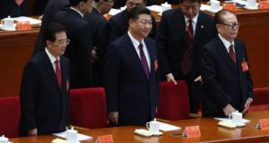 Peking, 2017. október 18. Hu Csin-tao volt kínai elnök, Hszi Csin-ping kínai elnök és Csiang Cö-min volt kínai elnök (b-j) a Kínai Kommunista Párt XIX. kongresszusának megnyitóján a pekingi Nagy Népi Csarnokban 2017. október 18-án. A párt programját öt évre meghatározó egyhetes kongresszuson megválasztják az új politikai bizottság tagjait. (MTI/EPA/Vu Hong)