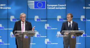 Brüsszel, 2017. október 19. Jean-Claude Juncker, az Európai Bizottság elnöke (b) és Donald Tusk, az Európai Tanács elnöke sajtótájékoztatót tart az Európai Unió kétnapos csúcstalálkozójának elsõ napi tanácskozása után Brüsszelben 2017. október 19-én. (MTI/EPA/Olivier Hoslet)