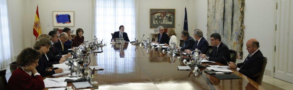 Madrid, 2017. október 21. Mariano Rajoy spanyol miniszterelnök (K) rendkívüli kormányülést tart Madridban 2017. október 21-én. A spanyol kormány végleges döntést készül hozni arról, hogy a katalán függetlenségi törekvésekkel kapcsolatban milyen intézkedéseket terjeszt be a parlament felsõházának az alkotmány 155-ös cikkére hivatkozva.(MTI/EPApool/Juan Carlos Hidalgo)