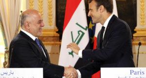 Párizs, 2017. október 5. Emmanuel Macron francia elnök (j) és Haider al-Abádi iraki miniszterelnök kezet fog sajtótájékoztatójuk után a párizsi államfői rezidencián, az Elysée-palotában 2017. október 5-én. (MTI/AP pool/Ludovic Marin)