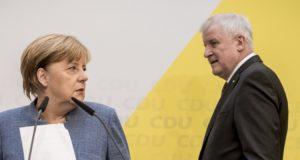 Berlin, 2017. október 9. Angela Merkel német kancellár, a Kereszténydemokrata Unió (CDU) elnöke (b) és Horst Seehofer, a Keresztényszociális Unió (CSU) elnöke sajtótájékoztatóra érkezik Berlinben 2017. október 9-én. Merkel bejelentette, hogy október 18-ra hívja meg a CDU/CSU német jobbközép pártszövetség a liberális FDP-t és a Zöldeket a kormányzati együttmûködés lehetõségeinek felmérést célzó elsõ egyeztetésre. (MTI/AP/DPA/Michael Kappeler)