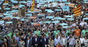 Barcelona, 2017. október 21. Carles Puigdemont katalán elnök (k) egy tüntetésen, amelynek résztvevői két katalán függetlenségpárti vezető szabadon engedését követelik Barcelonában 2017. október 21-én. A spanyol kormány rendkívüli ülésén úgy döntött, hogy az alkotmány 155-ös cikkére hivatkozva kezdeményezi a katalán kormány feloszlatását és előrehozott parlamenti választások megrendezését. (MTI/AP/Manu Fernandez)