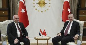 Ankara, 2017. október 25. Recep Tayyip Erdogan török elnök (j) fogadja Haider al-Ábádi iraki miniszterelnököt az ankarai államfői palotában 2017. október 25-én. (MTI/AP/Török elnöki sajtószolgálat pool)