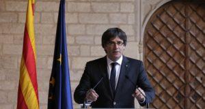 Barcelona, 2017. október 26. Carles Puigdemont katalán elnök beszédet mond a kormány barcelonai hivatalában 2017. október 26-án. Az elnök bejelentette, hogy nem ír ki elõrehozott helyi parlamenti választásokat Katalóniában. (MTI/AP/Emilio Morenatti)