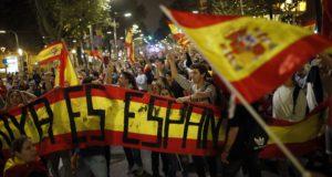 """Barcelona, 2017. október 27. A katalán függetlenséget ellenzõk tüntetnek Barcelonában 2017. október 27-én, miután a katalán parlament függetlenségi pártjai megszavazták a független """"Katalán Köztársaság"""" létrehozását célzó javaslatot. (MTI/AP/Francisco Seco)"""
