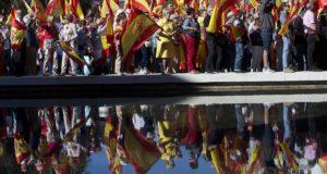 Madrid, 2017. október 7. Katalónia esetleges függetlenné válása ellen tüntetnek spanyolok a spanyol főváros, Madrid Colón terén 2017. október 7-én, hat nappal a katalán függetlenségről rendezett népszavazás után. (MTI/AP/Paul White)