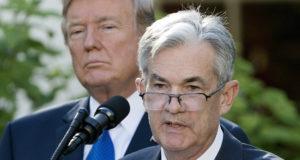 Washington, 2017. november 2. Donald Trump amerikai elnök (b) és Jerome Powell, az amerikai jegybank szerepét betöltő szövetségi tartalékbankrendszer, a Federal Reserve Board (Fed) kormányzótanácsának tagja sajtótájékoztatót tart a washingtoni Fehér Ház kertjében 2017. november 2-án. Trump bejelentette, hogy a 64 éves Powellt jelöli a jegybank új elnökének Janet Yellen tisztségének betöltésére. Powell kinevezéséhez előbb a szenátusnak jóvá kell hagynia Trump döntését. (MTI/EPA/Michael Reynolds)
