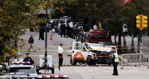 New York, 2017. november 1. Helyszínelők a New York Manhattan városrészében levő egykori Világkereskedelmi Központ (WTC) emlékműve közelében 2017. november 1-jén, ahol az előző napon az üzbég származású 29 éves Sayfullo Habibullaevic Saipov bérelt kisteherautóval kerékpárútra hajtott, és legkevesebb nyolc személyt halálra gázolt, tucatnyit megsebesített. A férfit őrizetbe vették. (MTI/EPA/Justin Lane)