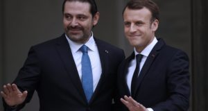 Párizs, 2017. november 18. Emmanuel Macron francia elnök (j) fogadja Szaad Haríri lemondott libanoni miniszterelnököt a párizsi államfõi rezidencia, az Elysée-palota bejáratánál 2017. november 18-án. Haríri a francia fõvárosba Szaúd-Arábiából érkezett, ahol november 4-én váratlanul bejelentette lemondását. (MTI/EPA/Yoan Valat)