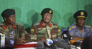 Harare, 2017. november 20. Constantino Chiwenga tábornok, a zimbabwei hadsereg parancsnoka (k) sajtótájékoztatót tart  Hararéban 2017. november 20-án. A dél-afrikai államban kormányzó Zimbabwe Afrikai Nemzeti Szövetsége – Hazafias Front (ZANU-PF) ezen a napon indítványt terjeszt be a Robert Mugabe megbuktatott államfõ elmozdítását célzó alkotmányos eljárás megindítására. A hadsereg öt nappal korábban átvette az ország irányítását a kormánytól, és házi õrizetbe helyezte Mugabét, akit november 19-én pártjának központi bizottsága leváltotta a pártelnöki tisztségérõl. (MTI/AP/Tsvangirayi Mukwazhi)