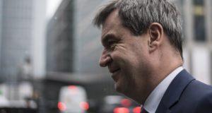 München, 2017. december 4. Markus Söder bajor pénzügyminiszter, a Keresztényszociális Unió (CSU) képviselõje érkezik a párt tartományi parlamenti frakció ülésére a bajor parlament müncheni épületében 2017. december 4-én. A tanácskozás során a CSU-frakció egyhangú szavazással döntött a pártelnöki és a bajor tartományi kormányfõi tisztség szétválasztásáról, Söder 2018 elején veheti át a tartományi miniszterelnöki tisztséget Horst Seehofer eddigi bajor kormányfõtõl, a párt elnökétõl. (MTI/EPA/Christian Bruna)