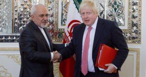 Teherán, 2017. december 9. Mohamad Dzsavad Zarif iráni külügyminiszter (b) fogadja brit hivatali partnerét, Boris Johnsont Teheránban 2017. december 9-én. (MTI/EPA/Abedin Taherkenareh)