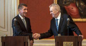 Prága, 2017. december 13. Andrej Babis cseh miniszterelnök (b) és Milos Zeman államfõ kezet fog sajtótájékoztatójuk végén a Babis vezette új cseh kormány tagjainak kinevezése után Prágában 2017. december 13-án. (MTI/EPA/Martin Divisek)