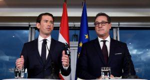 Bécs, 2017. december 16. Sebastian Kurz, az Osztrák Néppárt (ÖVP) kormányalakítással megbízott elnöke (b) és Heinz-Christian Strache, az ÖVP-vel kormánykoalícióra lépõ Osztrák Szabadságpárt (FPÖ) vezetõje sajtóértekezletet tart Bécsben 2017. december 16-án. Elõzõ nap két párt koalíciós megállapodást kötött. (MTI/EPA/Chirstian Bruna)