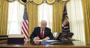Donald Trump amerikai elnök aláírja az adóreformról szóló törvényt a washingtoni Fehér Ház Ovális irodájában 2017. december 22-én. Ez az elmúlt 30 év legnagyobb adócsökkentését előirányzó törvény, amelynek legfontosabb eleme a vállalati nyereségadó mérséklése 35 százalékról 21 százalékra. (MTI/EPA/Michael Reynolds)