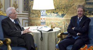 Róma, 2017. december 28. A Quirinale elnöki palota sajtóosztálya által közreadott képen Sergio Mattarella olasz elnök (b) és Paolo Gentiloni kormányfõ megbeszélést folytat a római államfõi rezidencián 2017. december 28-án. Mattarella ezen a napon aláírta a parlament feloszlatásáról szóló rendeletet. (MTI/EPA/Quirinale elnöki palota sajtóosztálya)