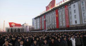 Észak-koreaiak a kormány november végén véghez vitt sikeres rakétakísérletének ünnepi rendezvényén a phenjani Kim Ir Szen téren 2017. december 1-jén. A Hvaszong-15 típusú, új fejlesztésû interkontinentális ballisztikus rakéta az ország állami médiájának közlése szerint képes elérni az Egyesült Államok egész területét. (MTI/AP/Dzson Csol Dzsin)