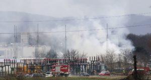 Tűzoltók dolgoznak az alsó-ausztriai Baumgarten an der March település közelében működő földgázelosztó terminálnál, miután robbanás történt, majd tűz ütött ki a létesítményben 2017. december 12-én. (MTI/AP/Ronald Zak)