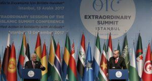 Isztambul, 2017. december 13. Mahmúd Abbász, a Palesztin Hatóság elnöke (b) és Recep Tayyip Erdogan török államfő sajtótájékoztatót tart az Iszlám Együttműködés Szervezetének (OIC) rendkívüli csúcsértekezletén Isztambulban 2017. december 13-án. Az 57 országot tömörítő szervezet soron kívüli csúcstalálkozójának fókuszában a palesztinok helyzete és Jeruzsálem jogállása áll. (MTI/AP/Emrah Gürel)