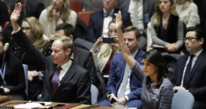 New York, 2017. december 22. Nikki Haley amerikai (j) és Matthew Rycroft brit ENSZ-nagykövet szavaz az ENSZ Biztonsági Tanácsának ülésén a világszervezet New York-i székházában 2017. december 22-én.(MTI/AP/Mark Lennihan)