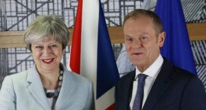 Brüsszel, 2017. december 8. Donald Tusk, az Európai Tanács elnöke fogadja Theresa May brit miniszterelnököt a bizottság brüsszeli székházában 2017. december 8-án. (MTI/EPA/Olivier Hoslet)