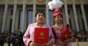 """Az ujgur autonóm régiók delegáltjai szavazómappáikkal a kezükben a Kínai Kommunista Párt 19. nemzeti kongresszusának záróceremóniáján Pekingben, Kínában 2017. október 24-én.  A kínai kommunisták tovább erősítették Hszi Csin-ping államfő és első számú pártvezető pozícióját azzal, hogy a 19. pártkongresszus """"Kína erős emberét"""" az államalapító Mao Ce-tung mellé emelte.   EPA/WU HONG"""