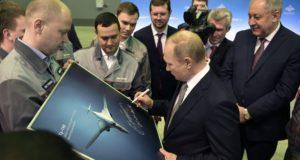 Vlagyimir Putyin aláír egy TU-160M típusú bombázót ábrázoló fotót a kazanyi repülőgépgyárban tett  látogatásán 2018. január 25-én. EPA/ALEXEY NIKOLSKY / SPUTNIK / KREMLIN POOL