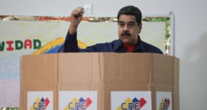 A Miraflores elnöki hivatal által közreadott képen Nicolás Maduro venezuelai államfő voksol a helyhatósági választásokon Caracasban 2017. december 10-én. Maduro bejelentette indulását a 2018-as elnökválasztáson, valamint azt is, hogy kizárják a legfontosabb venezuelai ellenzéki erőket a jövő évi elnökválasztásról, indoklása szerint azért, mert a Demokratikus Egység Kerekasztal (MUD) pártszövetség bojkottálta a 335 polgármester megválasztására irányuló helyhatósági voksolást. (MTI/EPA/Miraflores)