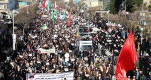 Kormánypárti tüntetés az iráni Meshedben 2018. január 4-én. A tüntetők Ali Hamenei ajatolláh és a síita klérus által felügyelt kormány iránti támogatásukat fejezték ki, miután az előző napokban kormányellenes tiltakozások voltak több iráni városban. (MTI/EPA/Nima Nadzsaf Zadeh)