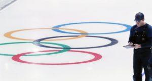 Kangnung, 2018. január 10. Szakember ellenõrzi a jégminõséget a 2018-as phjongcshangi téli olimpia mûkorcsolya- és rövidpályás gyorskorcsolyaversenyeinek helyszínéül szolgáló Kangnung Jégarénában, a dél-koreai Kangnungban 2018. január 10-én, egy hónappal a játékok kezdete elõtt. (MTI/EPA/Yonhap)