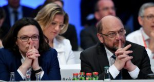 Bonn, 2018. január 21. Andrea Nahles, a Német Szociáldemokrata Párt (SPD) parlamenti frakcióvezetõje (b) és Martin Schulz, az SDP elnöke a párt rendkívüli kongresszusán Bonnban 2018. január 21-én. A kongresszuson az SDP vezetõsége arról dönt, hogy az elõzetes megállapodásokat követõen hivatalosan is kormánykoalíciós tárgyalásba kezdjenek-e az Angela Merkel kancellár vezette Kereszténydemokrata Unió (CDU) és annak bajor testvérpártja, a Keresztényszociális Unió (CSU) alkotta pártszövetséggel. (MTI/EPA/Sascha Steinbach)