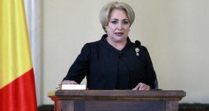 Bukarest, 2018. január 29. Viorica Dancila kijelölt román miniszterelnök hivatali esküt tesz, miután a román törvényhozás bizalmat szavazott az új szociálliberális kormányának Bukarestben 2018. január 29-én. Románia történelmében először tölti be nő a kormányfői posztot az 54 éves Dancila személyében. (MTI/EPA/Bogdan Cristel)