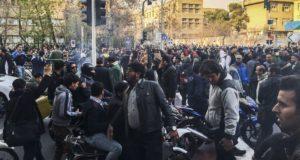 Teherán, 2017. december 30. A növekvő árak miatt tiltakozó emberek az iráni kormány ellen tüntetnek, néhány órával az után, hogy kormánypárti tüntetők fejezték ki támogatásukat Irán vezetése iránt. Az ázsiai ország több városában napok óta tartanak az utcai megmozdulások a rossz gazdasági helyzet miatt. (MTI/AP)