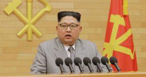 Az észak-koreai kormányzat által közreadott képen Kim Dzsong Un elsőszámú észak-koreai vezető, a kommunista Koreai Munkapárt első titkára újévi beszédét mondja 2018. január 1-jén, meg nem nevezett helyszínen. A vízjel koreai felirata a KCNA észak-koreai hírügynökség nevét jelenti. (MTI/AP/KCNA/Korea News Service)
