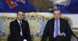 Párizs, 2018. január 5. Emmanuel Macron francia elnök (b) fogadja a hivatalos látogatáson Franciaországban tartózkodó Recep Tayyip Erdogan török államfõt a párizsi államfõi rezidencián, az Elysée-palotában 2018. január 5-én. (MTI/AP/Török elnöki sajtószolgálat pool/Yasin Bülbül)