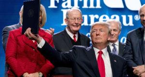 Nashville, 2018. január 9. Donald Trump amerikai elnök felmutatja az általa aláírt elnöki rendeletet a vidéki szélessávú internetelérés bővítésének megkönnyítéséről az amerikai gazdák országos szövetségének éves tanácskozásán a Tennessee állambeli Nashville-ben 2018. január 8-án. Trump személyében 25 éve először vett részt amerikai elnök a szövetség tanácskozásán. (MTI/AP/Andrew Harnik)