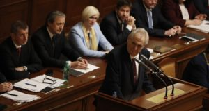 Prága, 2018. január 10. Milos Zeman cseh államfõ felszólal az Andrej Babis cseh miniszterelnök kisebbségi kormányáról tartott bizalmi szavazáson a képviselõház ülésén Prágában 2018. január 10-én. Az októberi választáson gyõztes, Babis vezette ANO mozgalomnak nincs elég képviselõje a törvényhozásban a kormányprogram elfogadásához, ezért valószínûleg újabb kormányalakítási kísérletre lesz szükség. (MTI/AP/Petr David Josek)
