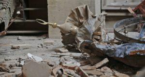 Kilis, 2018. január 25. A rakétatalálatot kapott Calik-mecset udvara a szíriai határ közelében fekvõ törökországi Kilisben 2018. január 25-én. Az elõzõ nap a városba két rakéta csapódott, amelyeket az észak-szíriai Afrín kerületbõl lõttek ki. A török haderõ január 13-án nagyszabású hadmûveletet indított az Afrínt ellenõrzõ Népvédelmi Egységek (YPG) nevû kurd milícia ellen. (MTI/AP/Lefterisz Pitarakisz)