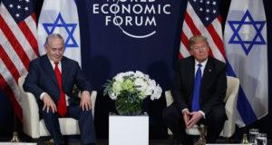 Davos, 2018. január 25. Donald Trump amerikai elnök (j) és Benjámin Netanjahu izraeli miniszterelnök tárgyal a 48. Világgazdasági Fórum keretében tartott találkozójukon a svájci Davosban 2018. január 25-én. (MTI/AP/Evan Vucci)