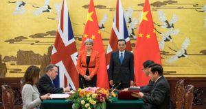 Peking, 2018. január 31. Theresa May brit miniszterelnök (b) és Li Ko-csiang kínai miniszterelnök egyezmények aláírási ünnepségén vesz részt a pekingi Nagy Népi Csarnokban 2018. január 31-én. (MTI/EPApool/Chris Ratcliffe)