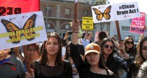 """""""Álmodozók"""" csatlakoznak több száz résztvevőhöz a DACA-program védelmében  rendezett tüntetésen Los Angelesben, Kaliforniában 2018. február 3-án. EPA/MIKE NELSON"""