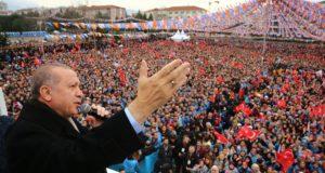 A török elnöki sajtóhivatal által közreadott képen Recep Tayyip Erdogan török államfő beszédet mond támogatói előtt a kormányzó Igazság és Fejlődés Párt (AKP) rendezvényén Bursa északnyugati városban 2018. január 21-én.  Az előző napon Törökország Olajág fedőnéven szárazföldi hadműveletet indított a Népvédelmi Egységek (YPG) nevű kurd milícia ellenőrizte északnyugat-szíriai Afrín térségében. (MTI/EPA/Török elnöki sajtóhivatal)