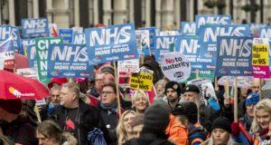 A brit állami egészségügyi szolgálat (National Health Service - NHS) megvédéséért tüntetnek London belvárosában 2018. február 3-án. (MTI/EPA/Will Oliver)