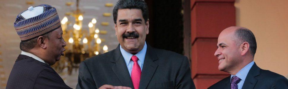 Caracas, 2018. február 6. A Miraflores elnöki hivatal sajtóosztálya által közreadott képen Mohammed Barkindo, a Kõolajexportáló Országok Szervezetének (OPEC) nigériai fõtitkára, Nicolás Maduro venezuelai államfõ és Manuel Quevedo venezuelai olajipari miniszter, a PDVSA állami olajtársaság elnöke (b-j) kezet fog a caracasi elnöki palotában 2018. február 5-én. A dél-amerikai olajexportõr ország több mint két éve súlyos gazdasági és politikai válsággal küzd a kõolaj alacsony világpiaci ára miatt. (MTI/EPA/Miraflores)